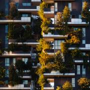 Un paio di torri residenziali nel distretto di una città. Visione frontale delle terrazze.