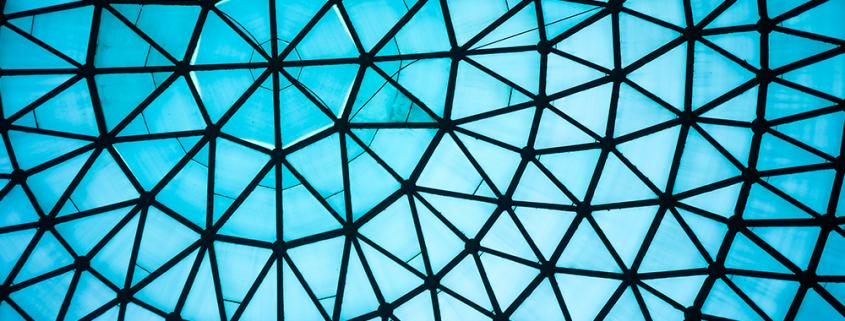 Tetto in vetro blu curvo o soffitto della cupola con struttura geometrica in acciaio nero in stile architettonico moderno e contemporaneo.